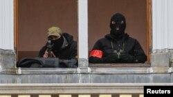 Бельгийские полицейские на балконе одного из зданий на Гран-Плас, 20 ноября 2015 года.