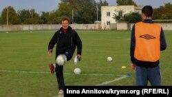 Главный тренер «Таврии» Сергей Шевченко (слева)