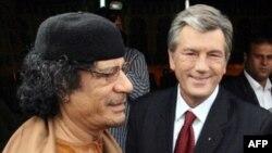 Архівне фото – Лівійський лідер Муамар Каддафі вітає Президента Віктора Ющенка у Тріполі 7 квітня 2008 р.
