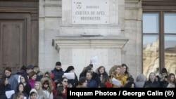 Protest al grefierilor pe scările Curții de Apel din București, 18 decembrie