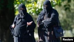 London parkında hicab geyinmiş iki müsəlman qadın