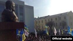 Пам'ятник Тарасу Шевченку у Вінниці, 15 лютого 2014 року (фото з офіційного сайту Олександра Бригинця)