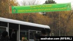 Aşgabadyň köçeleriniň birinde ýurtda 15-nji dekabrda geçiriljek parlament saýlawlarynyň bildirişi asylan.