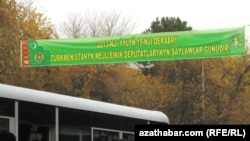 Aşgabadyň köçelerinde ýerleşdirilen bildirişler