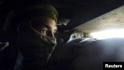 Ուկաինացի զինծառայողը Դոնեցկի օդանավակայանին մերձակա Պիսկի գյուղում գտնվող դիրքերում, 5-ը հունիսի, 2015թ.