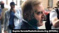 У коментарі кореспондентці Радіо Свобода Волошин сказав, що людина, яка облила його зеленкою, аргументувала це заявами народного депутата про суверенітет України