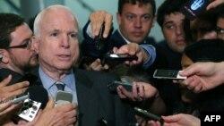 АҚШ сенаторы Джон Маккейн журналистердің Сирияға қатысты сауалдарына жауап беріп тұр. Вашингтон, 4 қыркүйек 2013 жыл