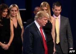 Президент США Дональд Трамп в окружении семьи. Лас-Вегас, 19 октября 2016 года.