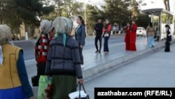 Женщины на улице в Ашгабате. Апрель 2018 года. Иллюстративное фото.