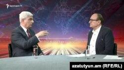 Политолог Степан Григорян дает интервью директору Радио Азатутюн Грайру Иамразяну, Ереван, 10 ноября 2018 г.