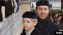 Руслан Байсаров со своим сыном Дени, архивное фото