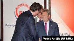Aleksandar Vuçiq dhe Johannes Hahn (djathtas) gjatë takimit të djeshëm në Beograd