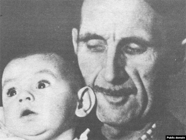 Джордж Оруэлл с пасынком Ричардом, 1944 год