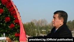 Президент КР Сооронбай Жээнбеков возлагает цветы к монументу Независимости и гуманизма в Ташкенте, 13 декабря 2017 года.