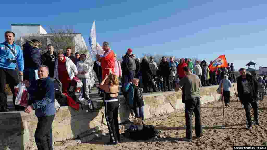 Многие «моржи» предпочли наблюдать за одноклубниками с берега