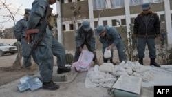 آرشیف، نیروهای پولیس در حال ضبط کردن مواد مخدر