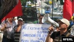 Мітинг біля будівлі Вищого адміністративного суду України на підтримку визнання Героями України Романа Шухевича та Степана Бандери, Київ, 6 липня 2010 року