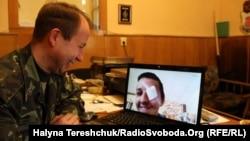 Іван Держило спілкується зі своїм сином по скайпу, який знаходиться на лікуванні в Польщі, 26 березня 2014 року