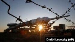 Транспортировка ракеты-носителя «Союз» на арендуемом Россией у Казахстана космодроме Байконур.