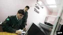 Проверка документов в международном аэропорту Ашхабада (иллюстрация)