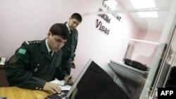 Türkmenistanyň Migrasiýa gullugynyň işgärleri.