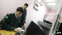 Türkmənistan orqanları pasportları diqqətlə yoxlayır