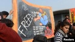Marsh i studenteve në New Delhi në dhjetor, pas përdhunimit dhe vrasjes së një vajze ë autobus.