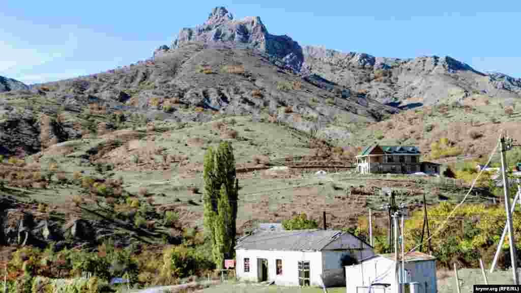 Будинки тут розташовані біля підніжжя гір