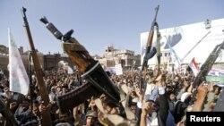 Шииттердин хусит кыймылынын жактоочулары Саудия жетектеген коалициянын Йемендеги авиачабуулдарына каршы демонстрация өткөрүүдө. Йемендин борбору Сана шаары. 1-апрель 2015.