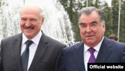 Президент Беларуси Александр Лукашенко (слева) и президент Таджикистана Эмомали Рахмон. Душанбе, 15 мая 2018 года.