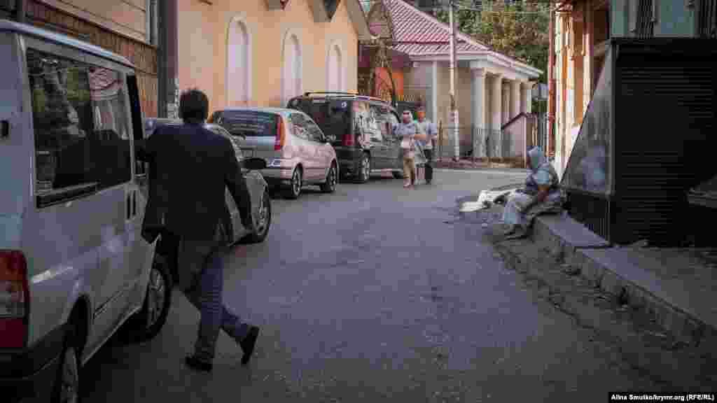 Зараз на території старого міста розташовані старовинна мечеть Кебір-Джамі, Церква Костянтина й Олени, Петропавлівський собор, Церква Бахчисарайського скиту й караїмська кенаса