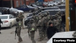 Населенный пункт блокируется правоохранителями