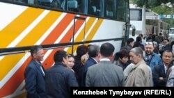 Сбор дольщиков перед началом автопробега. Алматы, 21 сентября 2013 года.