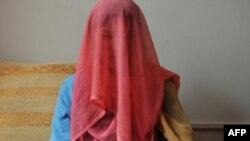 Қорлық көрсеткен күйеуінен қашқаны үшін екі жыл абақтыға қамалған Парвин (18 жаста) әйелдердің паналау орнында отыр. Кабул, 12 қазан 2011 жыл.