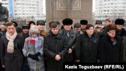 Участники акции минуты молчания в память о погибших в Жанаозене. Алматы, 6 января 2012 года.