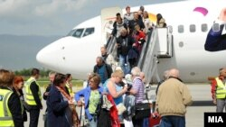 Аеродром.Патници се симнуваат од авион.
