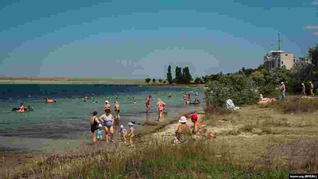 За пляжем виднеется здание штаба бывшей Южной военно-морской базы ВМС Украины