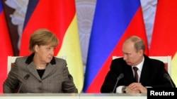 Президент России Владимир Путин и канцлер Германии Ангела Меркель на совместной пресс-конференции в Кремле, ноябрь 2012
