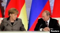 Ангела Меркель (л) и Владимир Путин (п)