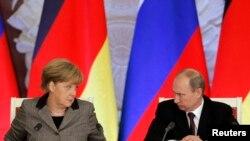 Германия канцлері Ангела Меркель (сол жақта) мен Ресей президенті Владимир Путин.