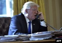 Дональд Трамп общается по телефону с Владимиром Путиным