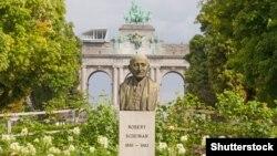 Bista Roberta Šumana u blizini Trijumfalne kapije u Briselu