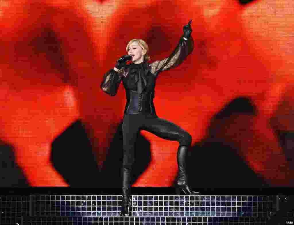 2008 - INVESTIMET RUSE DHE MADONNA Vitet e para të pavarësisë u shënuannga një zhvillim i shpejtë ekonomik dhe investime të mëdha në patundshmëri, kryesisht nga investitorë rusë, veçanërisht në zonat bregdetare. U mbajt koncerti më i madh dhe më i shtrenjtë në historinë e Malit të Zi. U raportua se koncerti dyorësh i yllit botëror të muzikës pop, Madonna, në plazhin e Jazit, afër Budvës, kushtoi 5.3 milionë euro.