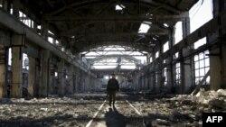 Український військовослужбовець у зруйнованій будівлі в Авдіївці. Архівне фото