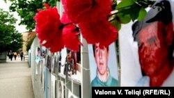 Фотографии на исчезнати луѓе во Приштина.