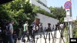 Архивска фотографија - Новинарите чекаат пред резиденцијата на ЕУ во Скопје да заврши лидерската средба