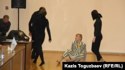 Сцена из хореографической постановки на тему Холокоста. Алматы, 27 января 2016 года.