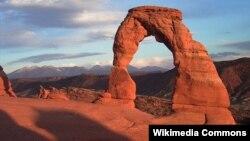 Природная скальная арка в одном из Национальных парков в штате Юта