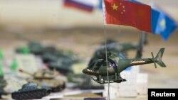 ШЫҰ-ның әскери жаттығуы кезінде қойылған макет. Қазақстан, Мәтібұлақ, 24 қыркүйек 2010 жыл. (Көрнекі сурет).