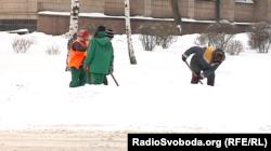 Комунальники розчищають вулиці окупованого Донецька